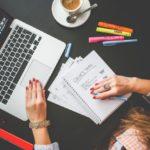 mujer-que-trabaja-en-su-escritorio-de-oficina_385-19323848